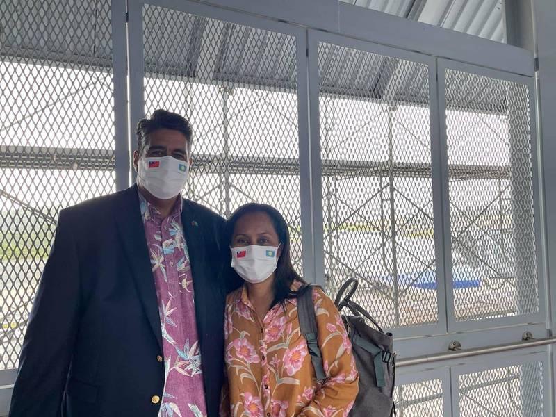 帛琉總統惠恕仁伉儷兩人戴上台帛國旗口罩抵台。(圖擷取自惠恕仁推特)