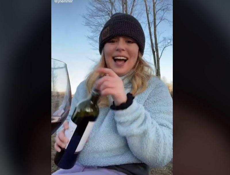 國外網友拍影片分享,她之前不小心上傳一張有自己裸照倒影的玻璃杯照片,還被婆婆看到。(圖擷取自TikTok jnenifer)