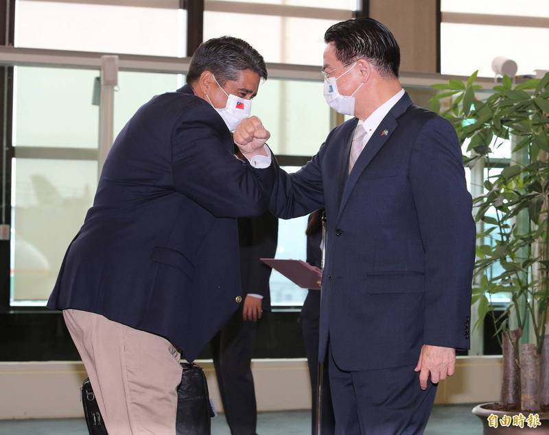 台帛旅遊泡泡即將啟動,帛琉總統惠恕仁(左,Surangel Whipps, Jr.)今天下午4時抵台展開為期5天的訪問行程,外交部長吳釗燮(右)前往機場迎接,2人以撞擊手臂取代握手。(記者姚介修攝)