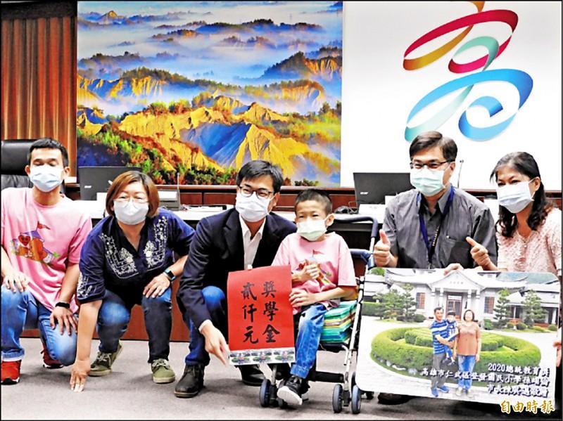 登發國小學生孫翊倫(右三),榮獲全球熱愛生命獎章。(資料照,記者葛祐豪攝)