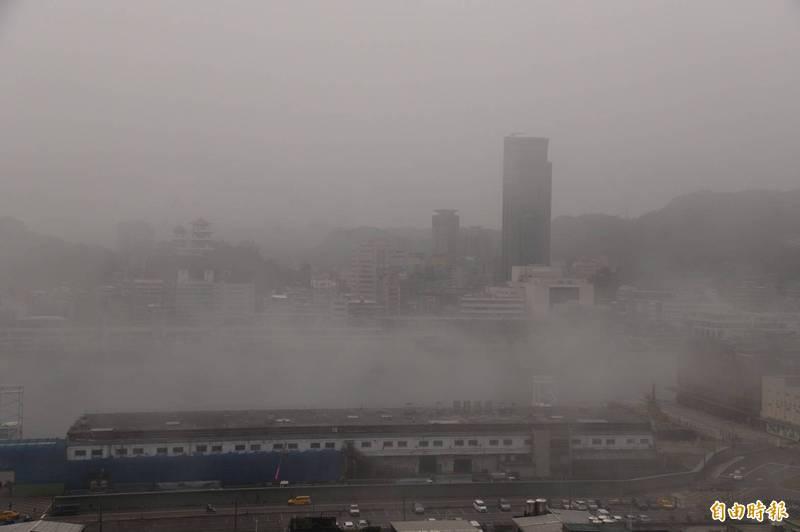 基隆港今晨因濃霧籠罩,基隆港務分公司啟動船舶管制作業,有5艘船舶受到影響。(記者俞肇福攝)