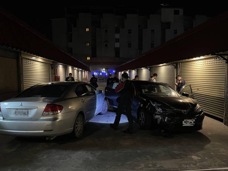 許嫌駕自小客(右)衝撞偵防車(左)。(圖由警方提供)