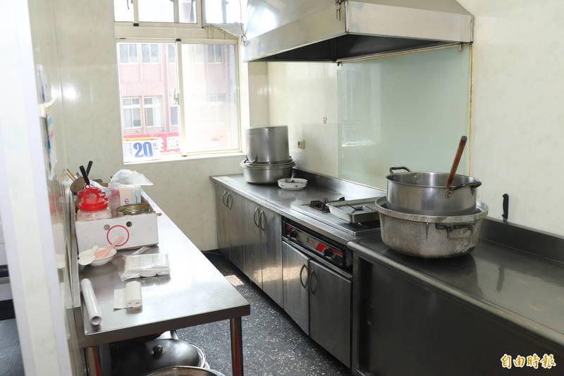 阮婦平時工作的廚房,整理的相當整齊、乾淨,如今人去樓空。(記者林敬倫攝)
