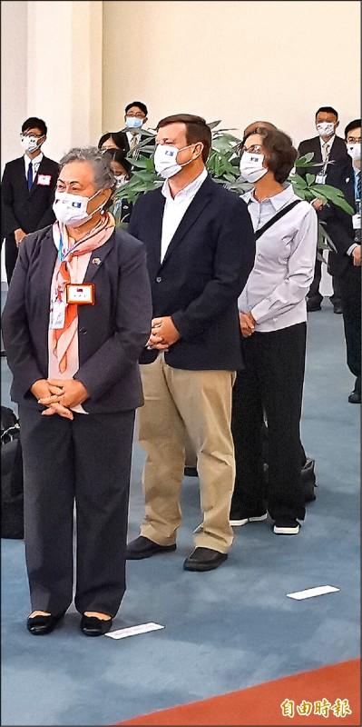 這次帛琉總統訪問團,很特別的是美國駐帛琉大使倪約翰(中)也隨團來訪。(記者姚介修攝)