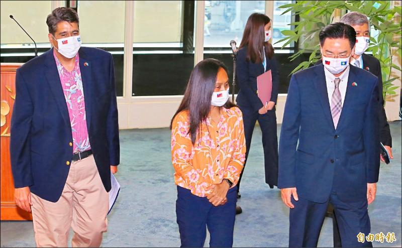 帛琉總統惠恕仁(左)偕同第一夫人(中)昨抵台,外交部長吳釗燮(右)前往機場迎接。(記者姚介修攝)