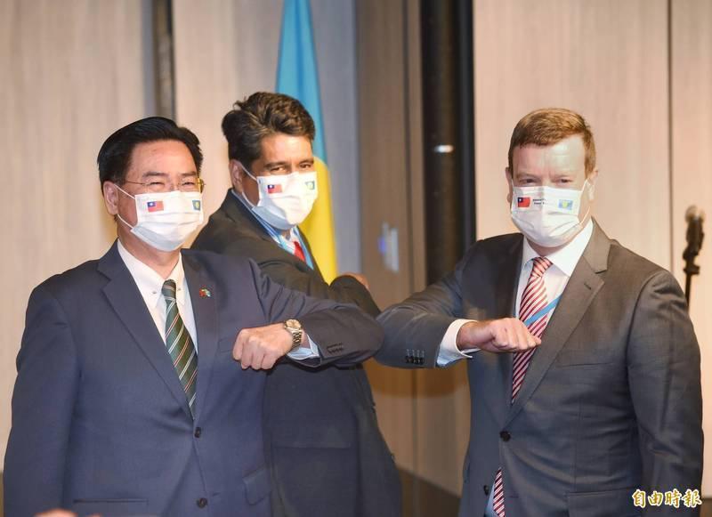 帛琉總統惠恕仁(中)來台,美國駐帛琉大使倪約翰(右)也同行;惠恕仁29日晚間在台北舉行國際記者會後合影;左為外交部長吳釗燮。(記者方賓照攝)