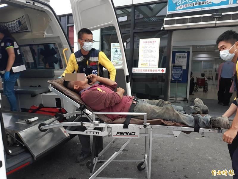 工人被鐵釘插入右眼,在未拔釘的狀況下,急送馬偕醫院。(記者黃明堂攝)