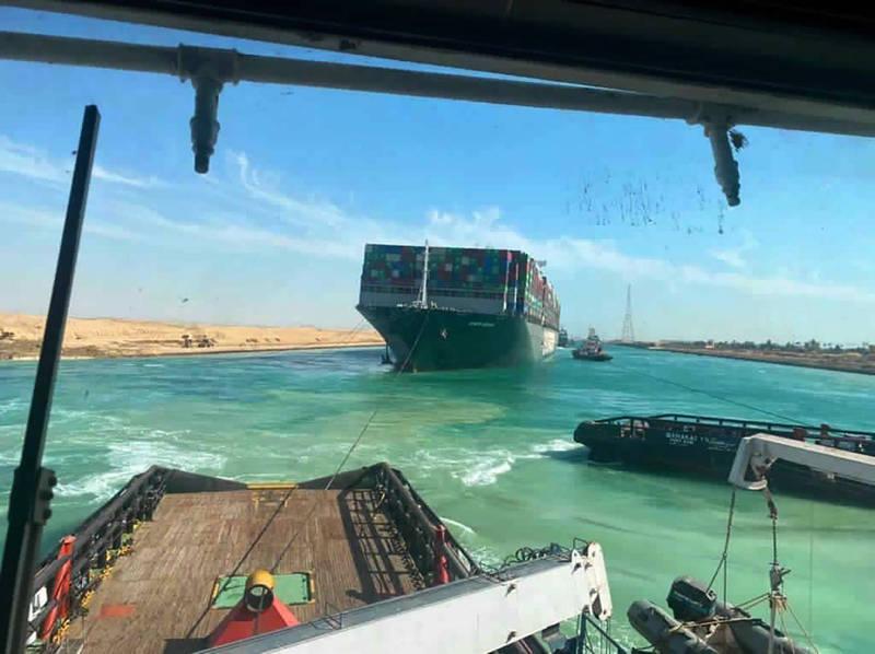 卡在蘇伊士運河近一週的長榮海運租船長賜輪,於台灣時間29日晚間終於成功脫困,蘇伊士運河也恢復正常通行。(美聯社)