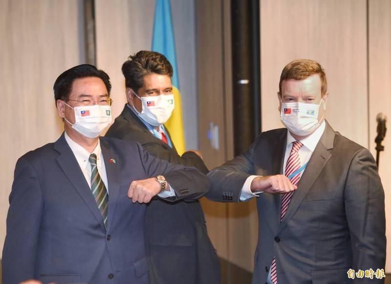 帛琉總統惠恕仁(中)訪台,29日舉行國際記者會。會後並與外交部長吳釗燮(左)、美國駐帛琉大使倪約翰(右)合影。(記者方賓照攝)