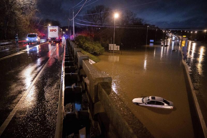 美國納許維爾市上週末降下致災性暴雨,多台汽車泡在氾濫的河水中。(美聯社)