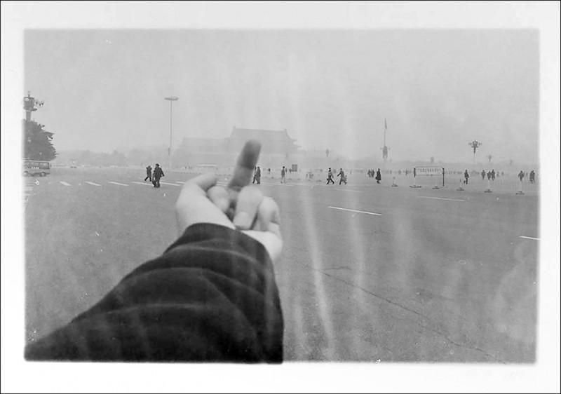 中國異議藝術家艾未未的攝影作品「透視研究:天安門」,遭親中人士點名散播「對國家仇恨」。(取自M+博物館網站)