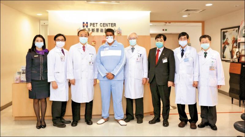 帛琉總統惠恕仁(左四)到新光醫院展開私人健檢行程。(新光醫院提供)