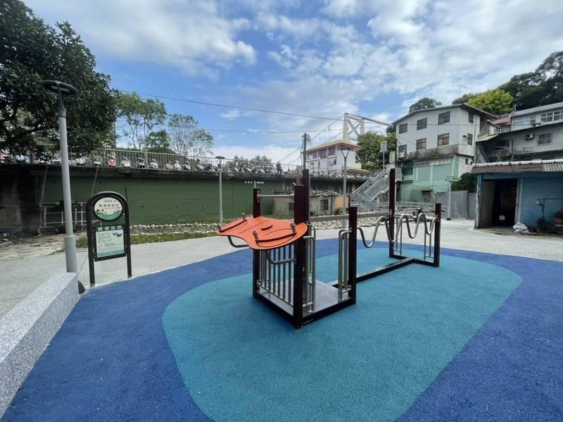 新店區公所整理碧潭吊橋西側入口下方空間,成為社區新景點。(新店區公所提供)