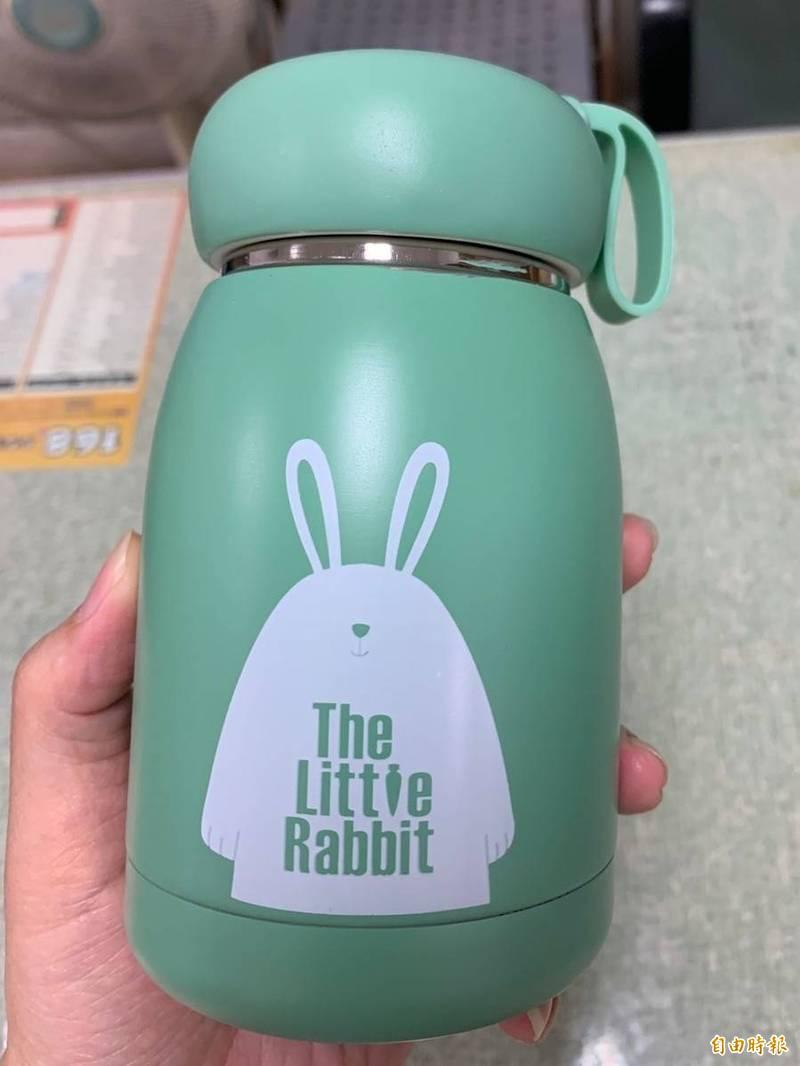 南投集集鎮今年首創透過參與式預算線上投票,讓學童選出自己的兒童節禮物保溫瓶。(記者劉濱銓攝)