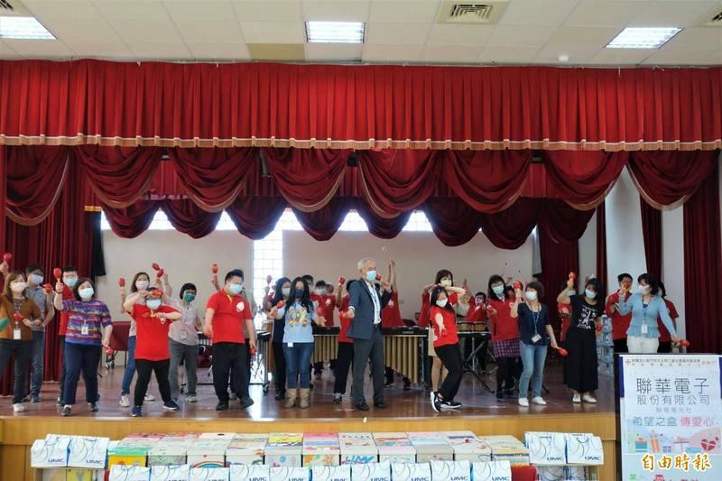 聯華電子今天捐贈210份希望之盒的兒童節禮物給新竹市仁愛社會福利基金會的心智障礙慢飛兒寶貝,提前祝福兒童節快樂。(記者洪美秀攝)