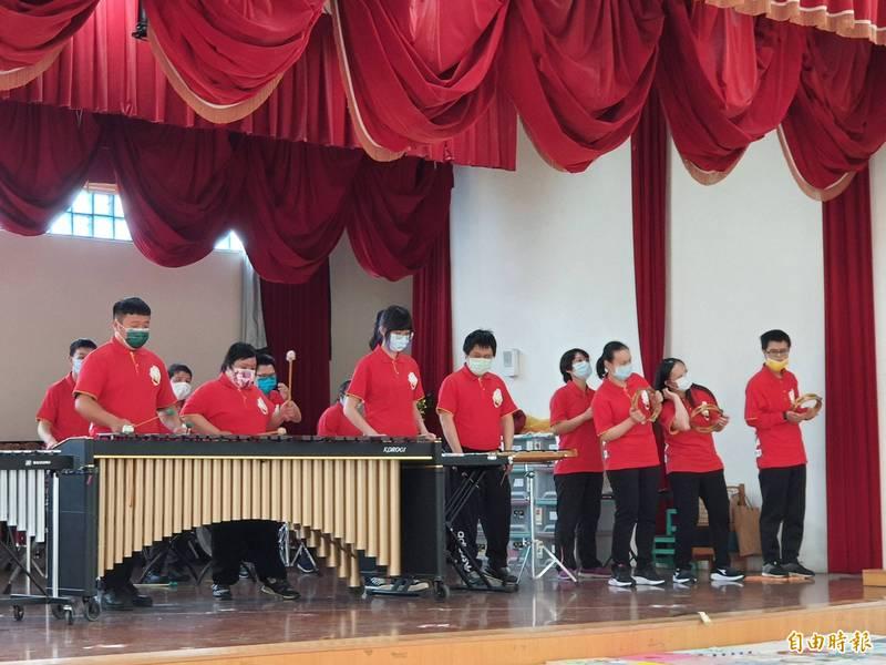 新竹市仁愛社福基金會獲聯華電子兒童節希望之盒的兒童節禮物,並用音樂交流互動,期許傳遞愛與希望。(記者洪美秀攝)