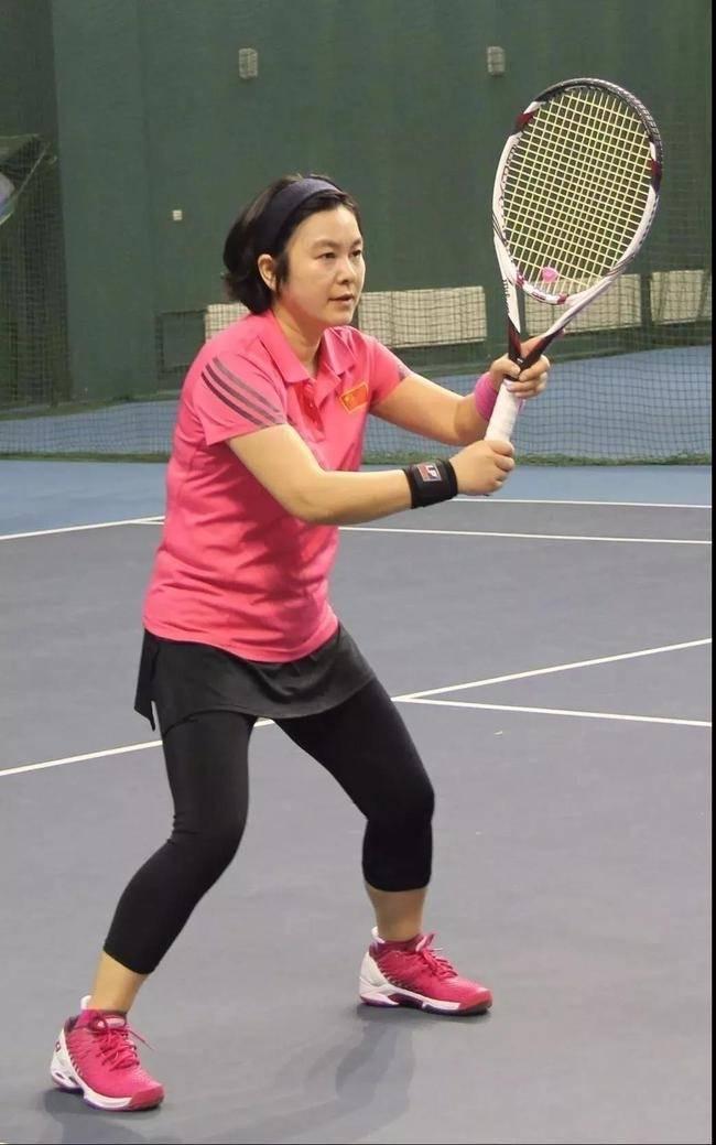 華春瑩2018年參加公家機關的網球賽。(圖擷取自微博)