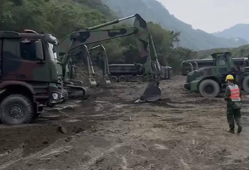 軍用機具進駐石門水庫,國軍趁低水位助清淤。(北水局提供)