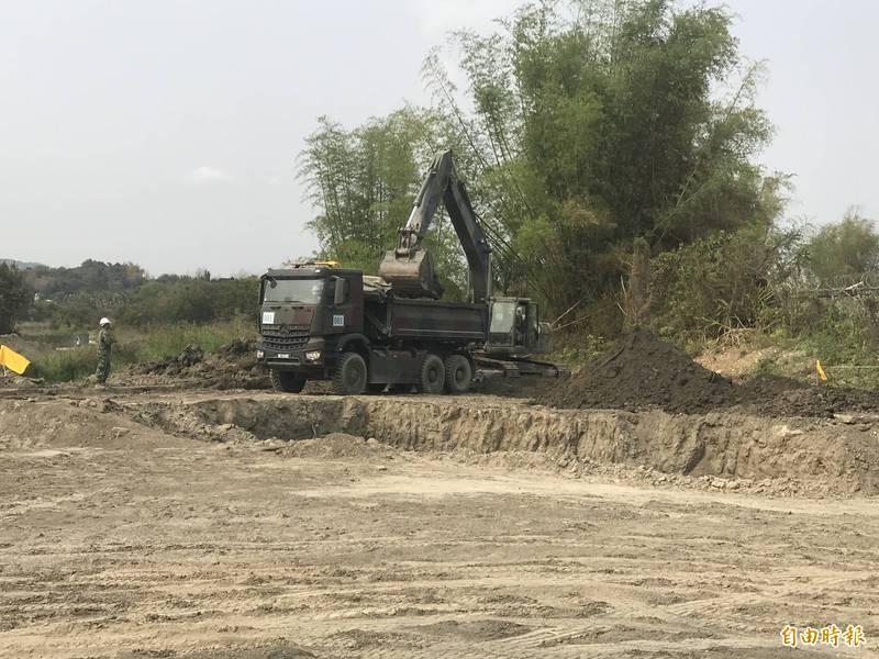 陸軍工兵訓練中心今進駐阿公店水庫清淤,以增加整體水庫蓄水空間。(記者陳文嬋攝)