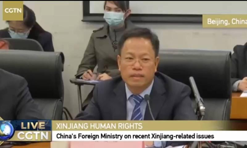 新疆政府發言人徐貴相,受命出席中國外交部的中外記者會,卻無不到幫他翻譯的人,現場頗為尷尬。(圖擷取自推特畫面)