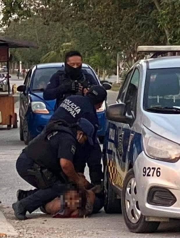 薩爾瓦多籍女子阿里亞薩,日前遭墨西哥女警「跪膝壓頸」,導致脊椎一二節斷裂喪命。(圖翻攝自alejandree3推特)