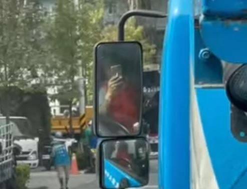 網友將前方水泥車司機的行為全都拍下紀錄。(圖取自臉書社團「爆怨2公社」)