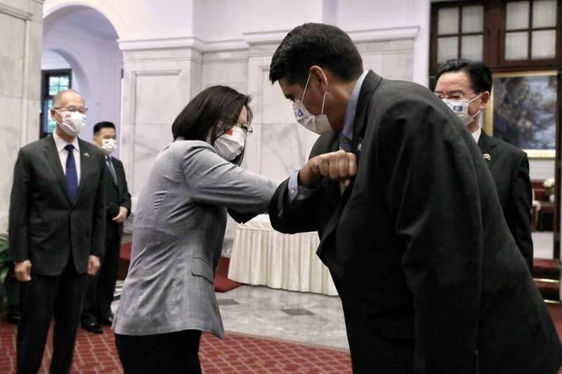 蔡英文總統今晚在台北賓館宴請帛琉總統惠恕仁伉儷,兩人碰肘打招呼。(擷取自蔡英文 Tsai Ing-wen臉書)