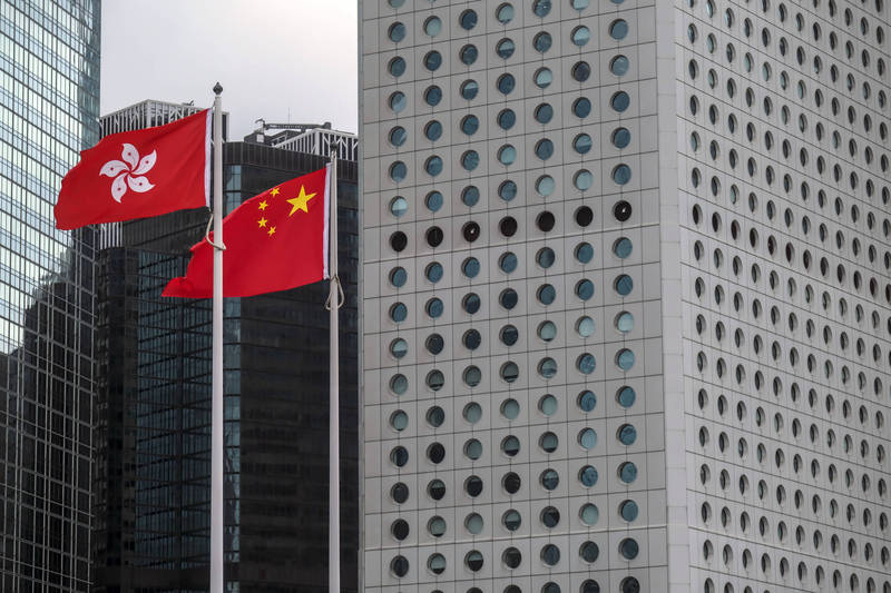 中國全國人大常委會全票通過香港選制修改案。(彭博)