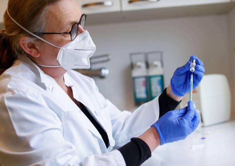 美國疾病管制暨預防中心29日發布首份武漢肺炎疫苗試驗結果,內容指施打單劑輝瑞或莫德納疫苗後防護力可達80%,若完成兩劑接種效力更可達90%。圖為示意圖。(路透)