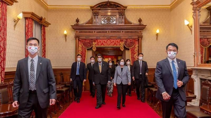 蔡英文總統今晚在台北賓館宴請帛琉總統惠恕仁伉儷等一行人,親自於大門迎接。(擷取自蔡英文 Tsai Ing-wen臉書)