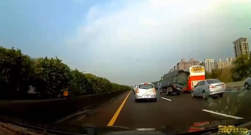 1輛小貨車疑似未保持安全車距,為閃避前車高速急切入右方車道,整輛車險些翻車。(圖取自爆廢公社)