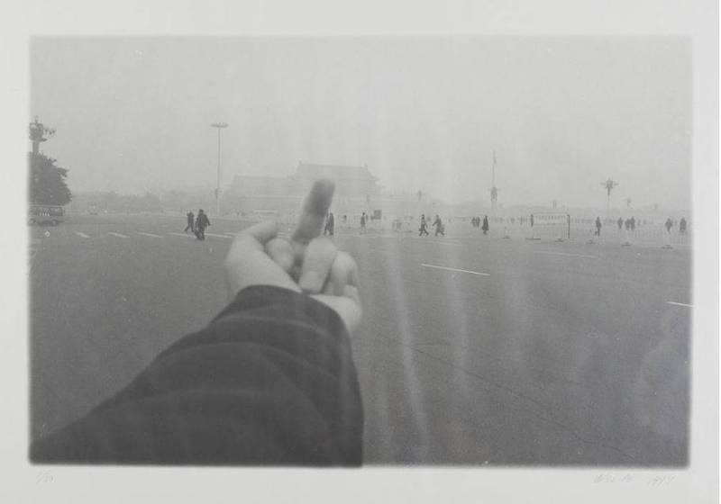中國異議藝術家艾未未這件作品在香港引發爭議,畫面中可見一人朝著北京天安門比中指。(圖擷取自香港M+博物館館藏測試網頁)