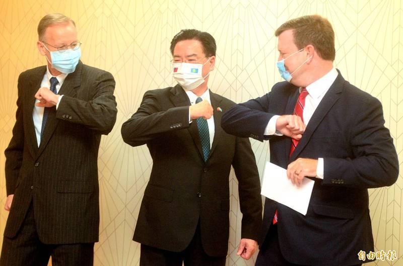 美駐帛琉大使倪約翰與外交部長吳釗燮、美國在台協會處長酈英傑,今天共同發表簡短談話,並擊肘致意。(記者王藝菘攝)