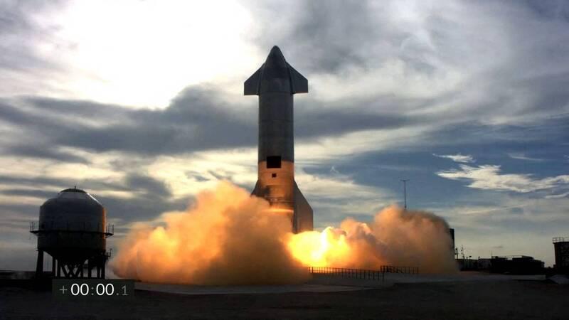 星艦SN11週二在德州發射,火箭在濃霧天氣下升空。(法新社)