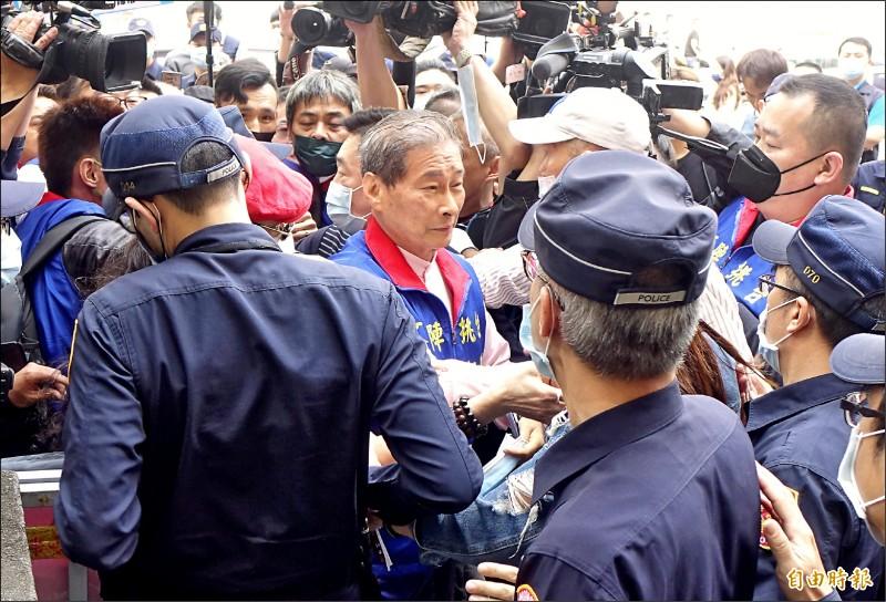 高檢署昨首度以涉國安法被告身分傳喚張安樂,張現身高檢署大門外,支持群眾拿大聲公叫喊,現場一度混亂。(記者王藝菘攝)