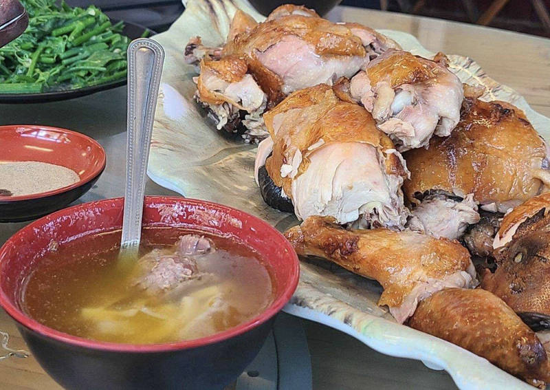 「台灣好行」關子嶺線新增站點為號稱「瓮仔雞一條街」的白河仙草埔站,遊客可品嘗現烤甕仔雞。(圖由西拉雅管理處提供)