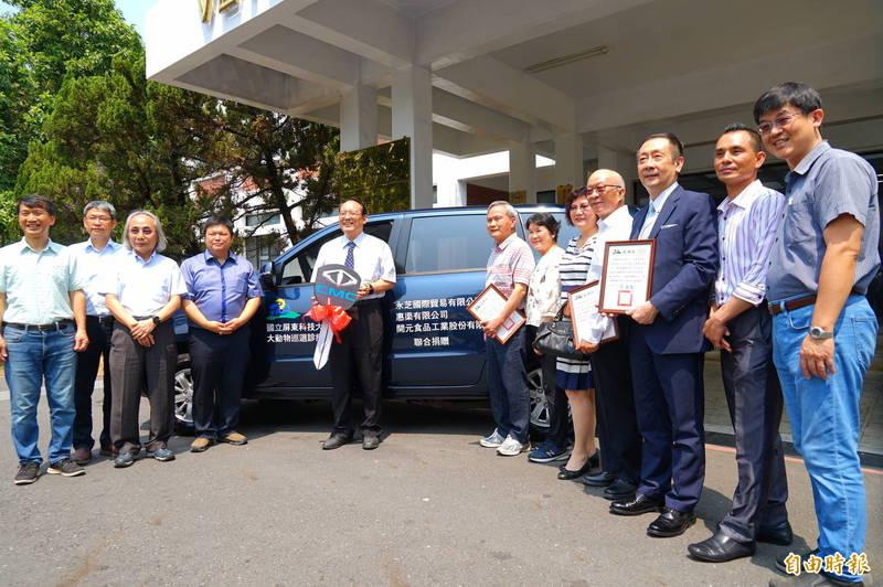 屏科大獲產業業者及牧場捐贈新的出診車。(記者陳彥廷攝)