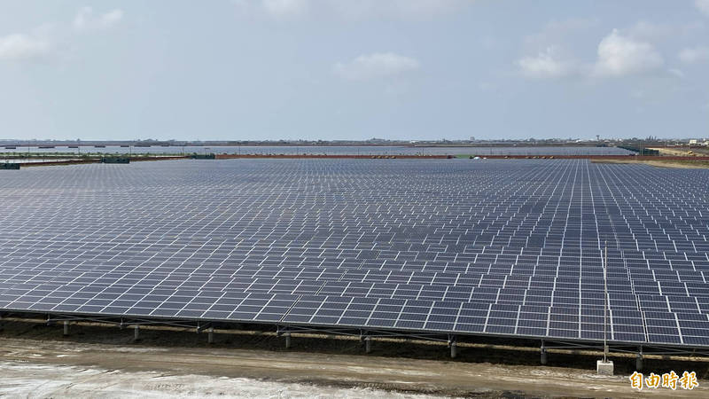 全台最大的台南鹽田光電場,光電板壯觀。(記者楊金城攝)