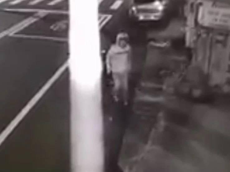 新竹縣竹東鎮今天凌晨出現1名男子,竟趁四下無人,打開民宅外的水龍頭,然後騎機車逃逸,受害屋主氣得大罵「缺德、浪費水」。(記者廖雪茹翻攝)