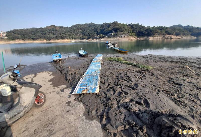 薑母島碼頭盡是淤泥,已經無法停靠大型船隻,居民擔心水位再降恐怕連小船都無法接近。(記者李容萍攝)