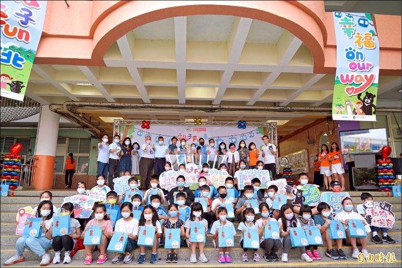台北市教育局啟動2021年台北兒童月系列活動,公布內容及相關優惠措施,大直國小學童現身參加。(記者蔡亞樺攝)