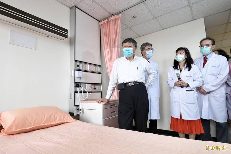 台北市長柯文哲(左一)今31日出席臺北市立聯合醫院中興院區附設住宿長照機構開幕,參觀住宿房間。(記者塗建榮攝)