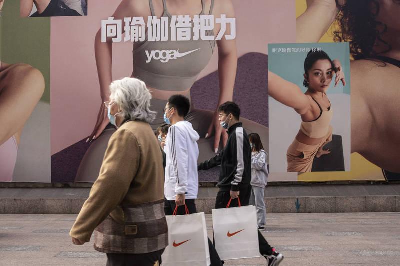 中國歐盟商會主席伍德克表示,新疆棉抵制風潮遲早會過去,而中國人就是喜歡歐洲(西方)的產品,所以各企業不用擔心。示意圖(彭博)