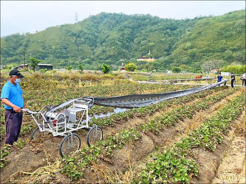 農糧署與環保署昨與大湖地區農會辦理示範觀摩會,鼓勵農友利用「農膜回收機」。(記者蔡政珉攝)