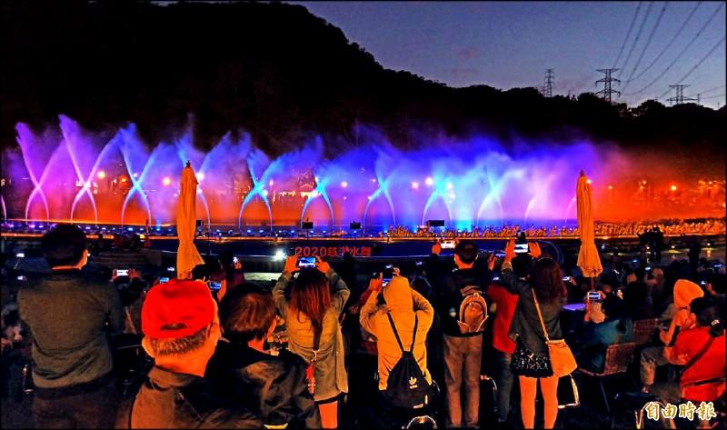 桃市府風管處在前慈湖水域區舉辦為期半年的水舞展演,昨晚圓滿閉幕。(記者李容萍攝)
