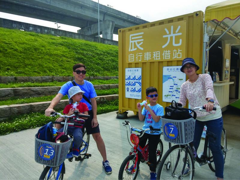 新北市15個河濱自行車租借站於4月4日兒童節當天,推出使用FunBike Maji APP租借自行車,國小以下學童出示學生證或健保卡等,即可獲得限量小禮物。 (新北市政府提供)