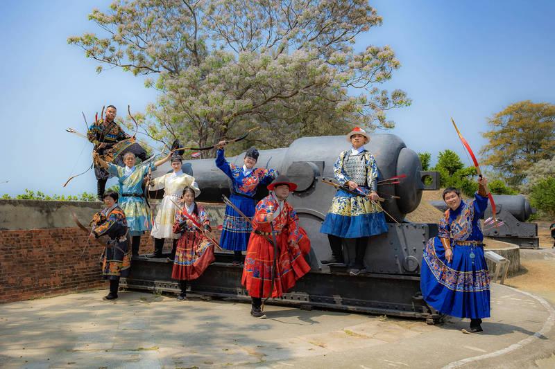 兒童節連假期間,億載金城有「金城射柳」傳統射箭文化體驗活動,可免費穿著傳統漢服體驗傳統射箭。(圖由台南市文化局提供)