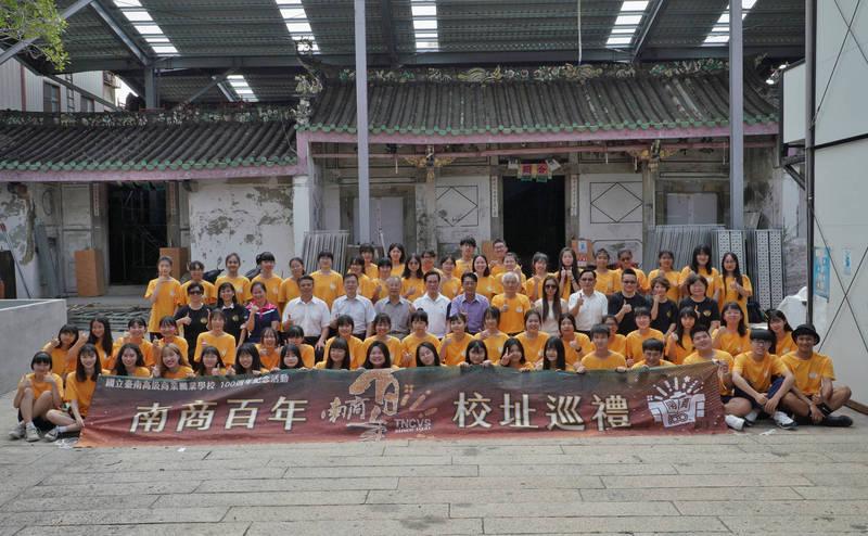 台南高商師生重回百年前的校址,比照百年前的「台南簡易商業學校第一回卒業生」,在三山國王廟前合影。(台南高商提供)