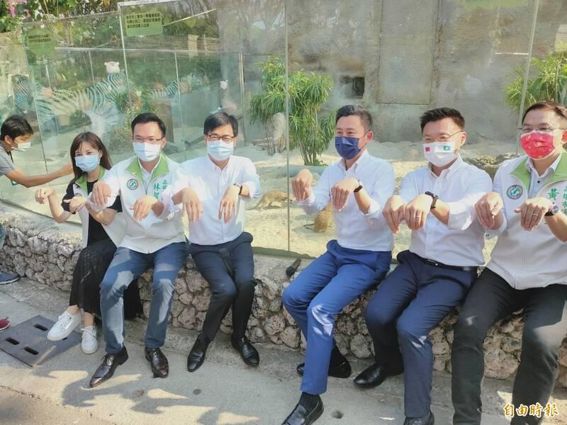 新竹市長林智堅(右三),在高雄市長陳其邁(左三)陪同下,參觀壽山動物園,並在狐獴前擺出萌樣。(記者葛祐豪攝)