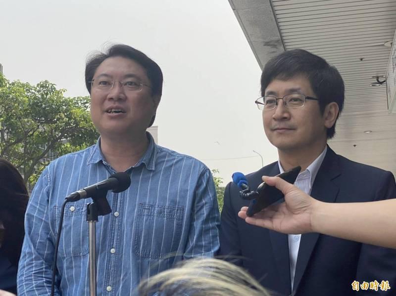 基隆市長林右昌(左)今天又被問到是否選台北市長,林右昌說,他不預設立場,但他現在是基隆市長,要把市政工作做好是首務。(記者俞肇福攝)